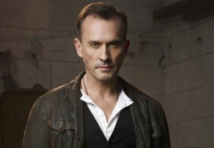 Arrow Cast Clock King Robert Knepper
