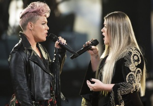 Pink Kelly Clarkson AMAs