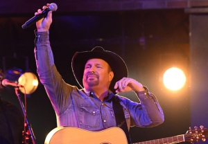 Garth Brooks CMA Steps Down