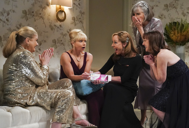 """A Community Hero and a Wide Turn"" – The women attend a gala honoring Marjorie, but Bonnie's speech doesn't go as planned, on MOM, Thursday, May 6 (9:01-9:30 PM, ET/PT) on the CBS Television Network.  Pictured (L-R): Kristen Johnston as Tammy, Jaime Pressly as Jill, Allison Janney as Bonnie, Mimi Kennedy as Marjorie, and Beth Hall as Wendy Photo: Michael Yarish/CBS ©2021 CBS Broadcasting, Inc. All Rights Reserved."