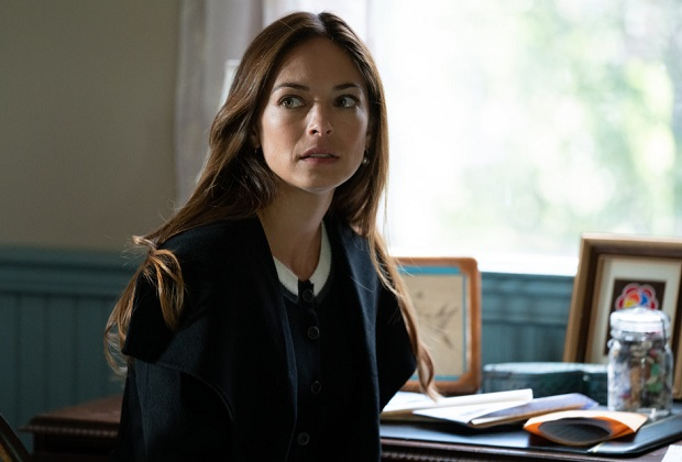 """Burden Of Truth -- """"Breaking Points"""" -- Image Number: BOT402_0028 -- Pictured (L - R): Kristin Kreuk as Joanna Chang -- Photo: Cause One Productions Inc. and Cause One Manitoba Inc. -- © 2020 Cause One Productions Inc. and Cause One Manitoba Inc."""